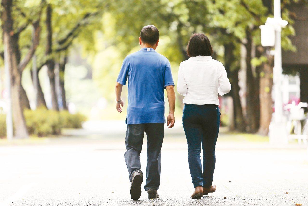 台大校園常可見到鄭丞傑與王麗容的漫步身影,受訪這天唯獨少了愛犬在旁邊陪遛。 圖╱...
