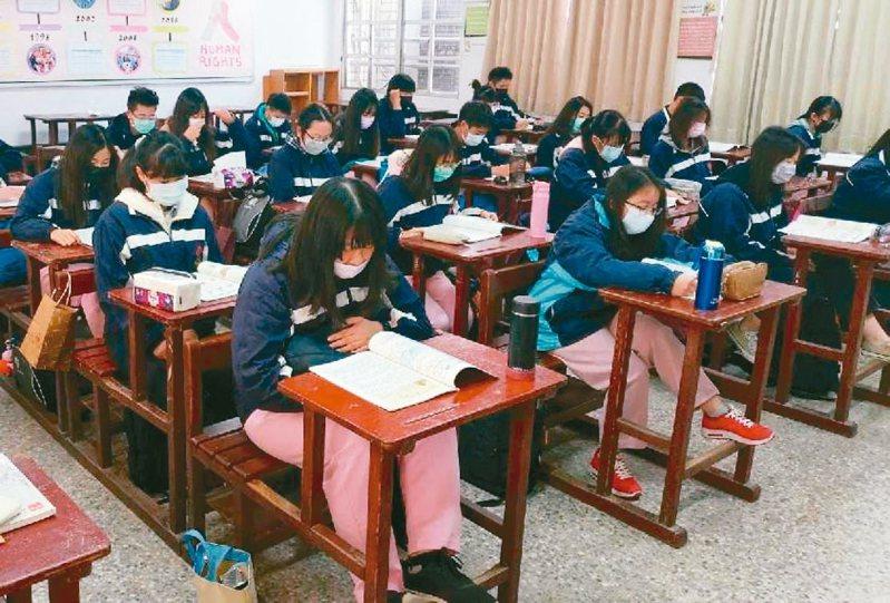 國中小開學延後,暑假也延後,全教總力爭多給代理老師一個月薪水。 記者鄭惠仁/攝影