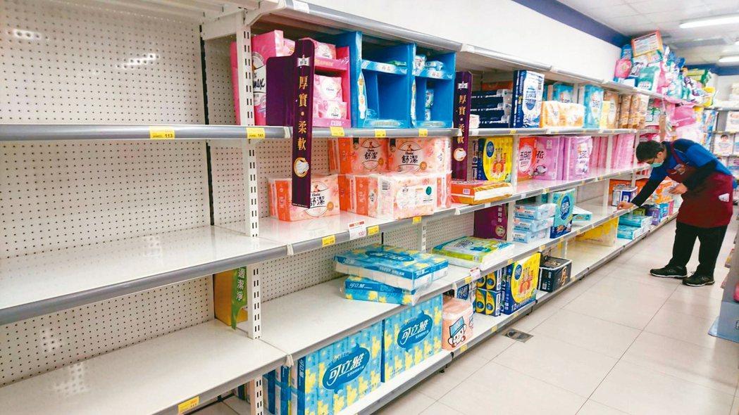 新冠肺炎疫情在全球迅速升溫,引發恐慌性購買,愈來愈多消費者瘋搶民生用品。 記者林...