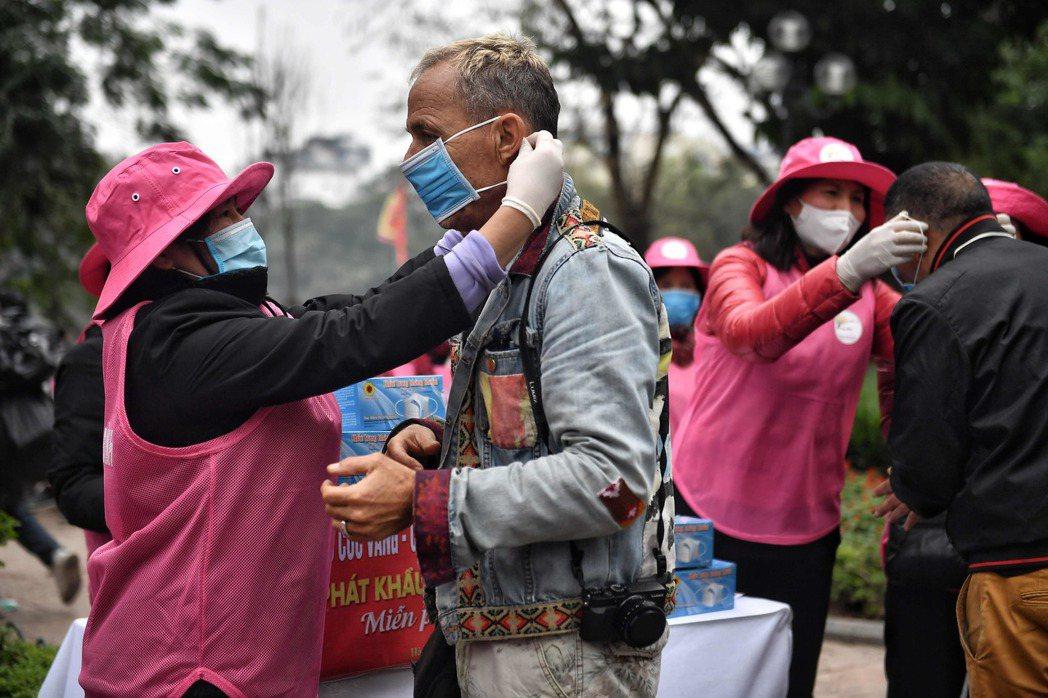 專家指出,人類免疫力在50歲後顯著下降,因此武漢肺炎疫情中長者的發病率最高。 (...