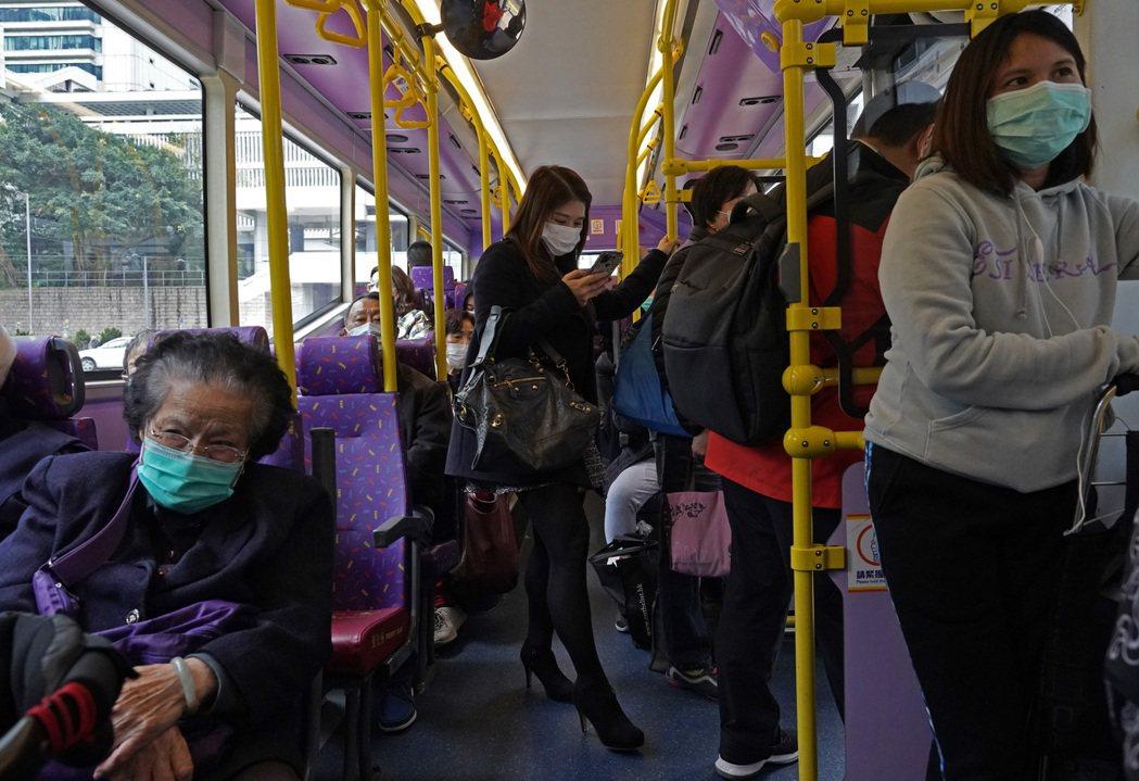 武漢肺炎疫情造成全球恐慌,民眾在公車上紛紛戴上口罩。 (美聯社)