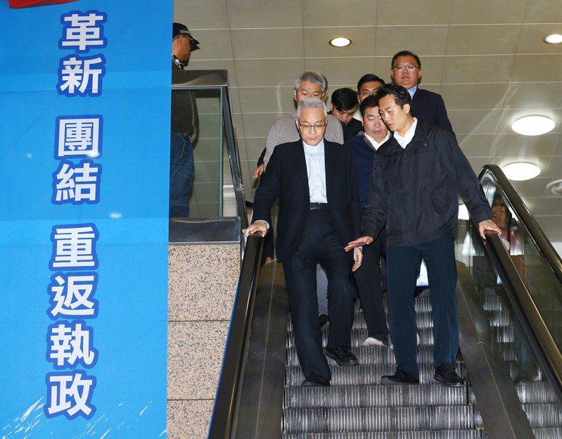 前國民黨黨主席吳敦義日前走出來黨部會議廳,一旁是黨部高掛的「革新、團結、重返執政」的大布條。 報系資料照/記者杜建重攝影