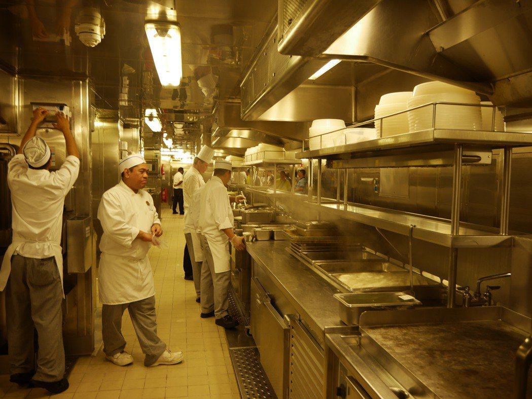 為了滿足數千名遊客,郵輪廚師團隊可能有數百甚至上千人,費盡心思供餐。記者吳淑君/...