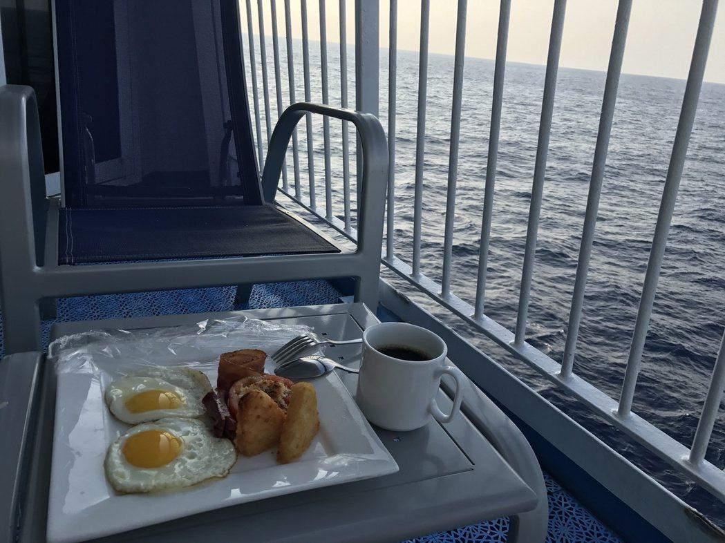 搭遊輪一邊享用美食,一邊欣賞海上風光,是一大享受。記者吳淑君/攝