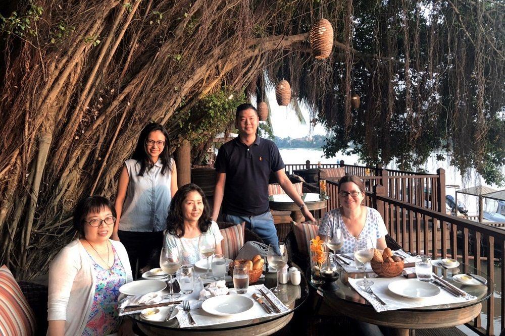 在越南紡織廠負責生產管理,曾懿萱(左二)也要陪同接待海外來訪客戶。 照片提供/曾...