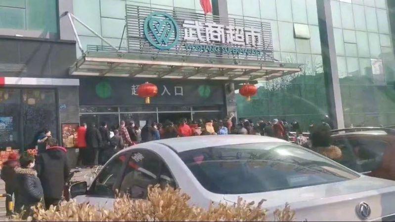 武漢封城第16天,志願者披露現在最危險是超市。 取自一條
