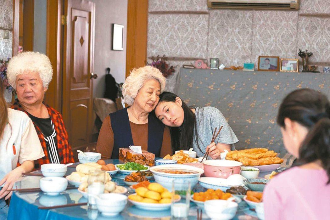「別告訴她」趙淑珍與奧卡菲娜表演都得到影評稱讚。 圖/摘自imdb