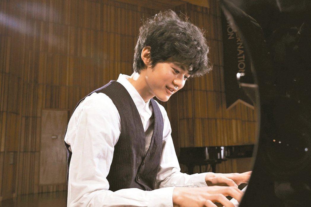 19歲少年鈴鹿央士在「蜜蜂與遠雷」中飾演天才鋼琴家,首部作品就獲各界矚目讚賞。 ...