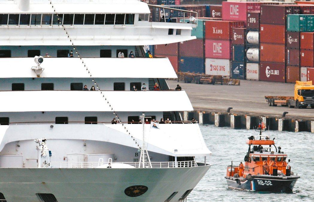 寶瓶星號中午抵達基隆港,許多遊客站在船頭艙外等待檢疫。 記者許正宏/攝影