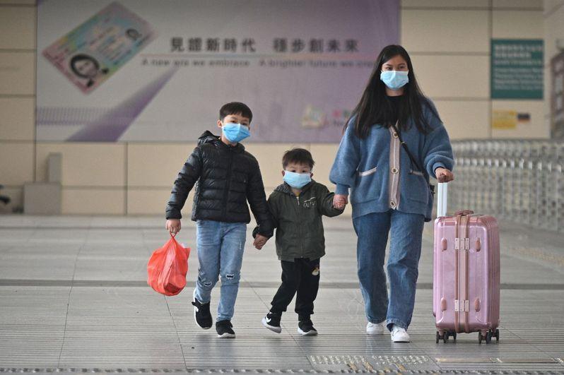 香港特首林鄭月娥日前承認採購口罩「不是很成功」引發各方指責與民眾恐慌後,香港醫管局官員今天說,目前口罩存貨有1600萬個,但只夠用約一個月。 法新社