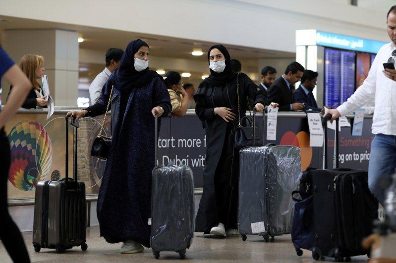 阿拉伯聯合大公國新增2起2019新型冠狀病毒感染病例,確診病例數來到11例。圖為杜拜機場的旅客都戴上口罩。 路透