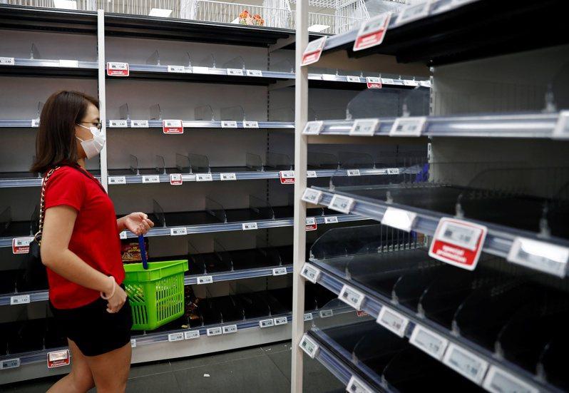 新加坡總理李顯龍今天指出,新加坡有足夠的柴米油鹽、速食麵與罐裝食品,不需要囤積食物與日常用品,目前最大考驗不是病毒問題,而是如何維護社會凝聚力,做好心理防備。 路透社