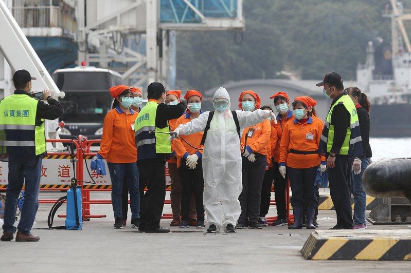 以基隆港為母港的寶瓶星號中午抵達基隆港,消毒人員著裝準備登船進行消毒工作。記者季相儒/攝影