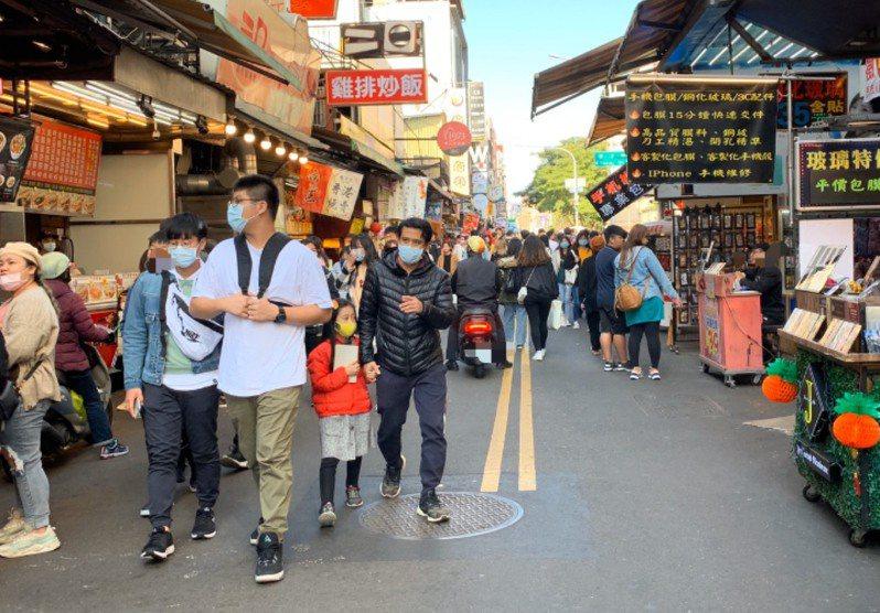 鄒嘉倫指出,建議民眾在密閉空間或人多的地方再配戴口罩即可,若在空曠、戶外環境,健康的人比較不需要戴口罩。記者張曼蘋/攝影