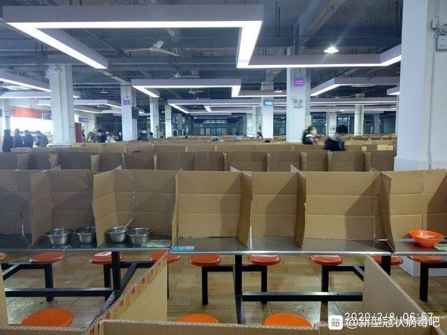 中國飯廳出現另類防疫方式,將紙板做隔間分成個人座位。圖擷自PTT