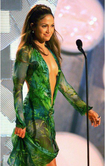 珍妮佛羅培茲2000年參加葛萊美獎頒獎典禮時,穿著領口低於肚臍的凡賽斯叢林印花連...