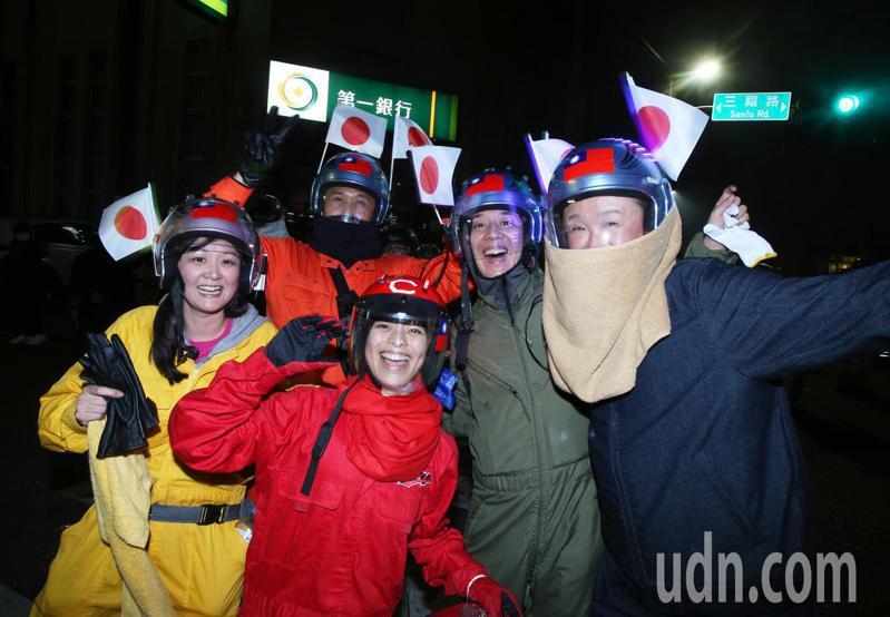 台南鹽水蜂炮越晚越刺激,吸引國內外遊客前來體驗。記者劉學聖/攝影