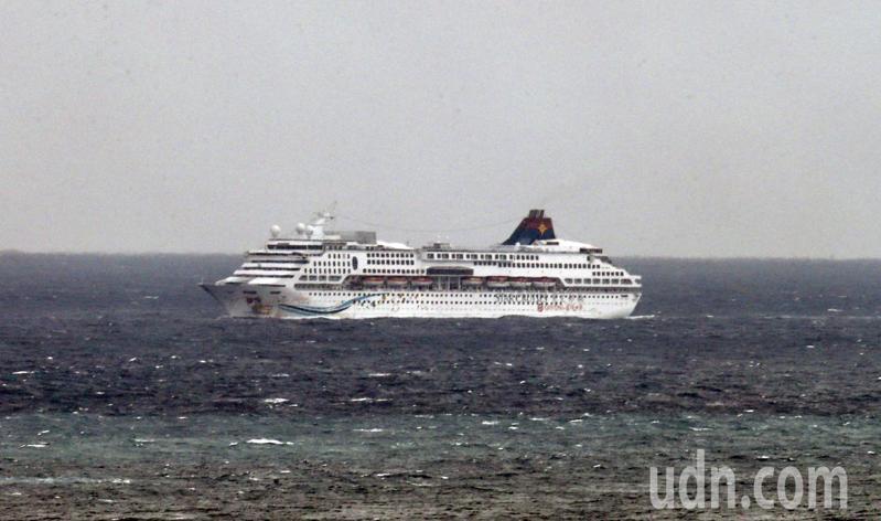 因肺炎疫情旅程一波三折的麗星郵輪寶瓶星號上午返台,目前在基隆外海緩慢往港區移動中。記者許正宏/攝影