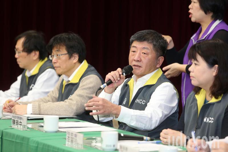 中央流行疫情指揮中心說明疫情及防疫作為,右二為指揮官衛福部長陳時中。記者曾吉松/攝影