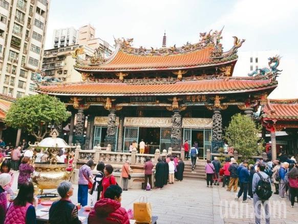 台北萬華龍山寺今起在入口處裝設紅外線體溫快速偵測系統。記者翁浩然/攝影