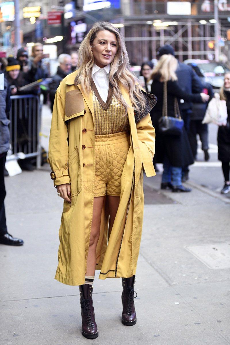 布蕾克萊芙莉在冬日紐約街頭穿上FENDI春夏短褲,秀出傲人美腿。圖/FENDI提供