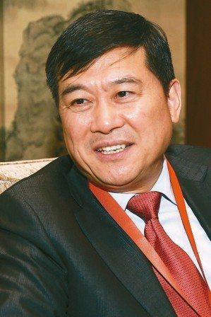 中國大陸工程院院士董家鴻利用影音演講方式,向各國頂尖專家說明中國的「體外肝臟手術」成就。 圖/高雄長庚醫院提供