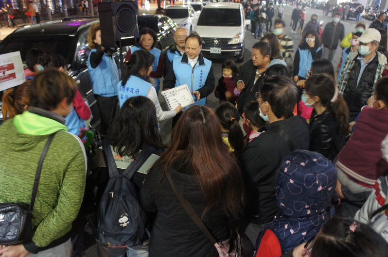毒防局長阮清陽以反毒議題,與民眾快問快答,傳達毒防觀念。圖/高雄市毒防局提供