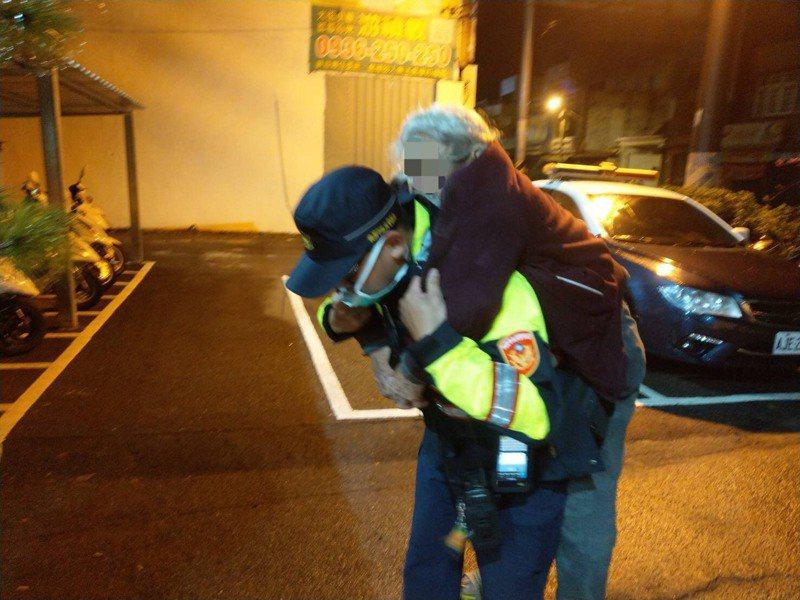 桃園一名高齡94歲的蔡姓老翁,癱坐路旁、身上還充斥著濃濃的尿騷味,且蜷著身子縮在路旁,不斷的發抖,幸好巡警及時發現。記者高宇震/翻攝