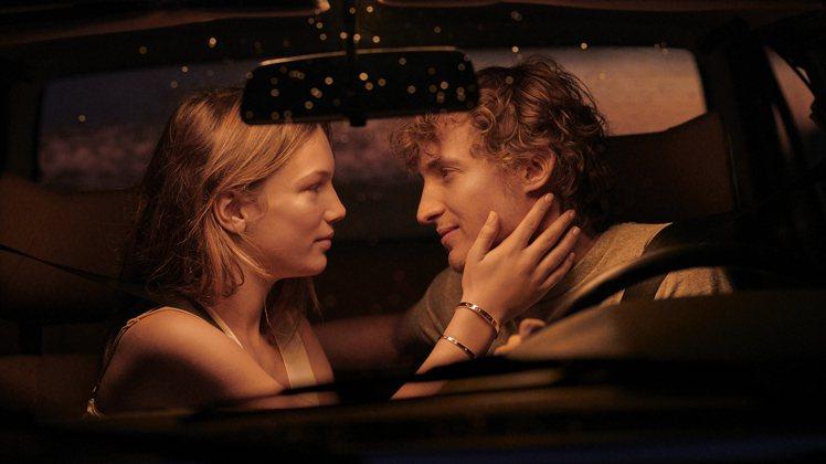 一次夜間山頂的出遊,為短片掀開了浪漫序幕。圖╱Cartier提供。