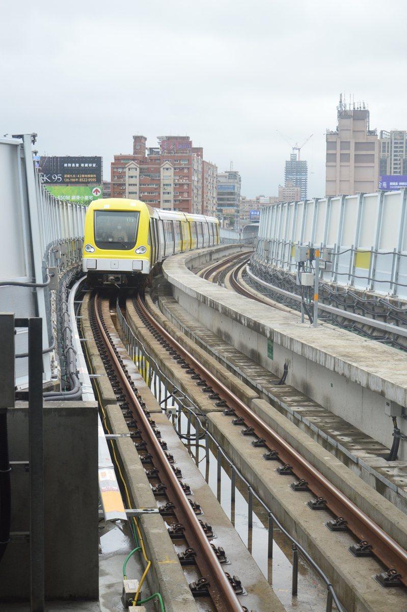新北環狀線捷運正式通車第一周,湧入39萬3千人次搭乘,發現部分問題已在調校。記者施鴻基/攝影