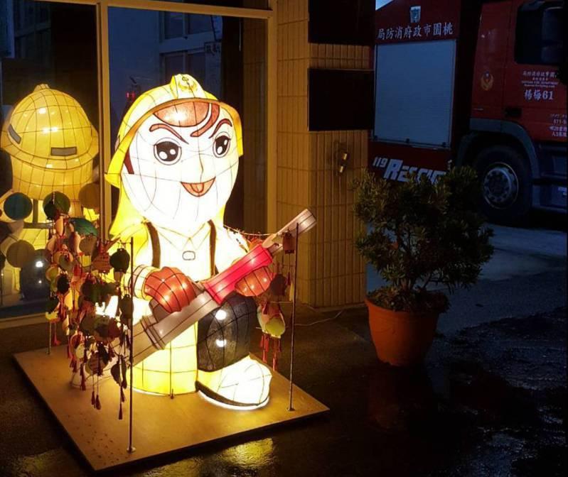 桃園市政府消防局第二大隊特地製作可愛的消防寶寶造型宣導花燈,搭配消防車參與踩街祈福宣導活動。圖/消防第二大隊提供