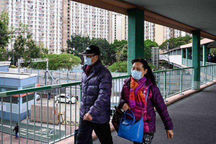 疫情爆發後,口罩已成許多民眾出門配備。法新社