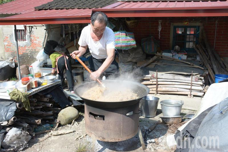 台南市新化區大坑尾三年一科元宵節「擔飯擔」今天登場,居民一早就準備古早味「鹹飯」,招待陣頭及民眾。記者吳淑玲/攝影