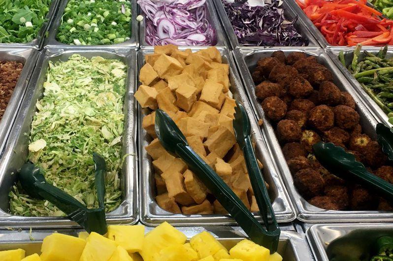 零售業者報告指出,全素外帶食物的銷售暴增。法新社