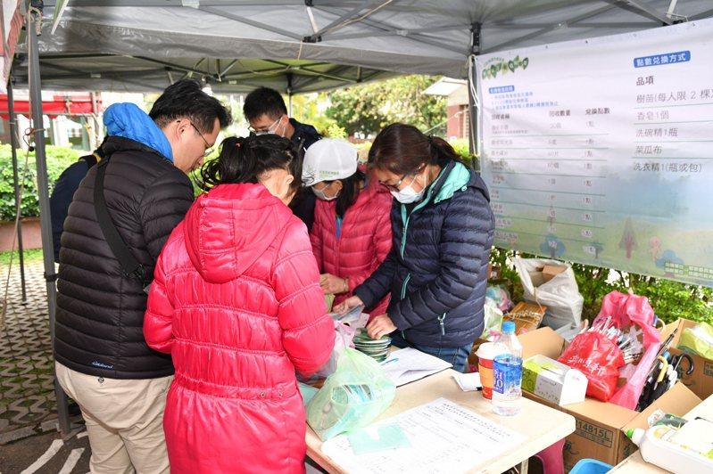 民眾只要持資源回收物集滿2點,即可現場兌換樟樹、玉蘭花、桂花樹樹苗。圖/新聞處提供