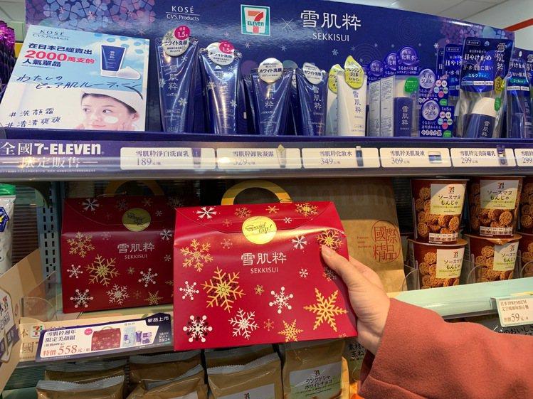 7-ELEVEN推出首次在台販售的「雪肌粹周年限定美顏福袋組」,採用紅色喜氣包裝...