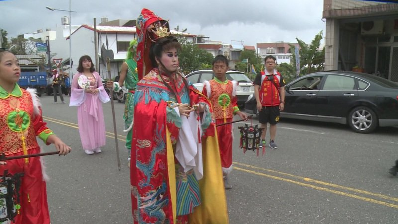台東各地慶祝元宵,成功鎮地區也熱鬧舉行,普悠瑪董家大姊董小羚(前)特別打扮媽祖祈福。記者尤聰光/翻攝