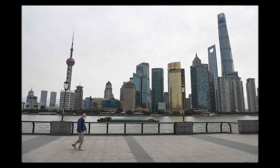 由於證實武漢肺炎傳播途徑包括「氣溶膠傳播」,上海要求進入公共場所與搭乘公共交通工具,都必須配戴口罩。(法新社)