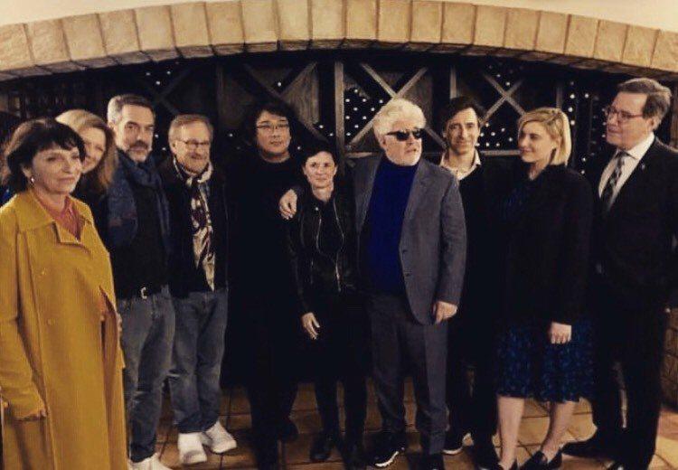「小丑」導演陶德菲利普秀出奧斯卡行前餐會合照,奉俊昊(左5)的身邊就是大導演史蒂...