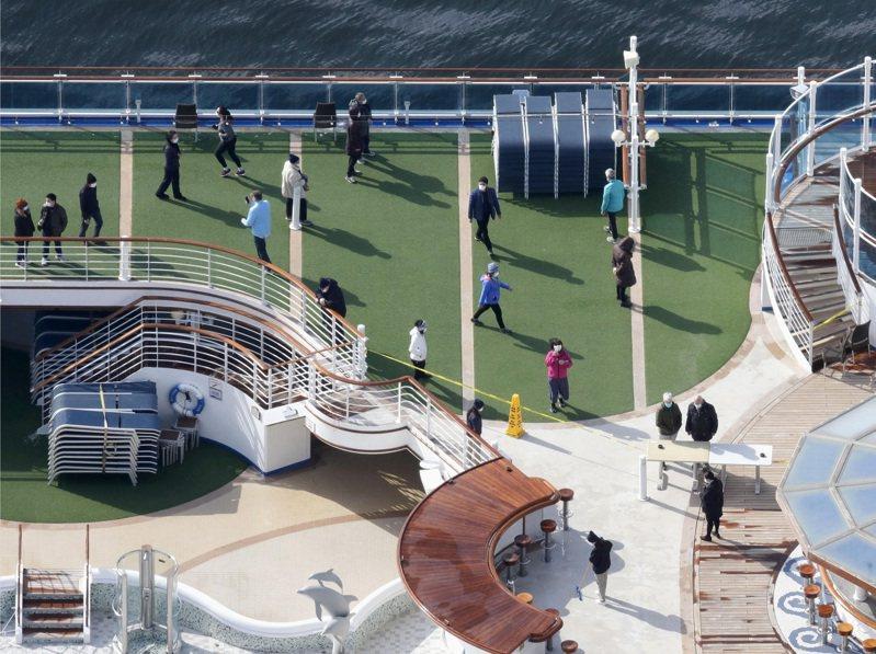 爆發群聚感染的鑽石公主號,隔離檢疫7日邁入第三天。乘客首度獲准短暫放風,媒體拍到有人在甲板上散步做體操。美聯社