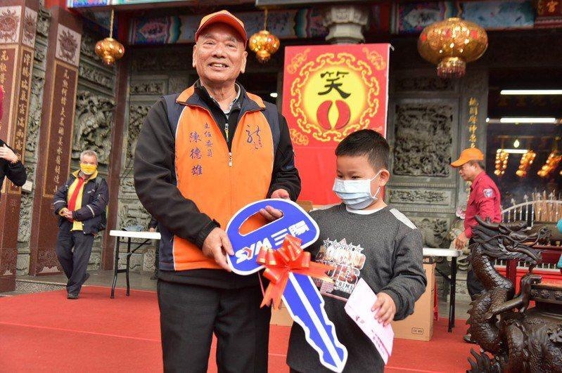丁子祐小朋友於決賽中連續擲出6個聖筶勝出,抱走最大獎125CC的機車。圖/龍潭區公所提供