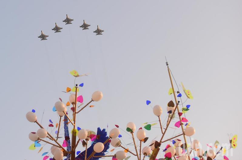 2020台灣燈會今晚在台中后里燈區開幕,有5架IDF經國號戰機衝場展演,戰機劃過雲霄,穿越主燈「森生守護-光之樹」上方,為燈會揭開序幕。記者黃仲裕/攝影