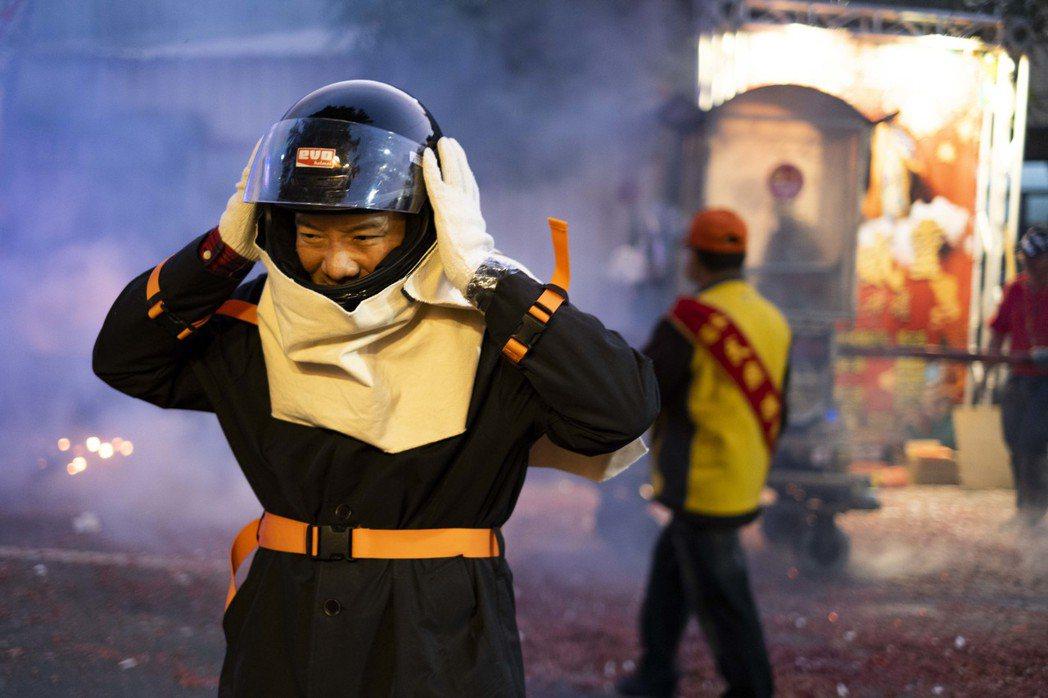 田定豐今晚現身台南鹽水蜂炮,為武漢肺炎疫情祈福。圖/混種提供