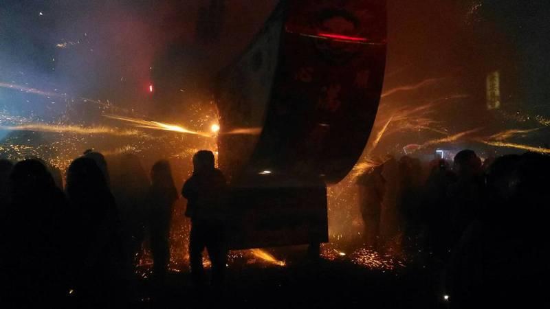 元宵節鹽水蜂炮今晚炸到最高潮,王船炮城射出沖天炮飛向民眾。記者黃宣翰/攝影。