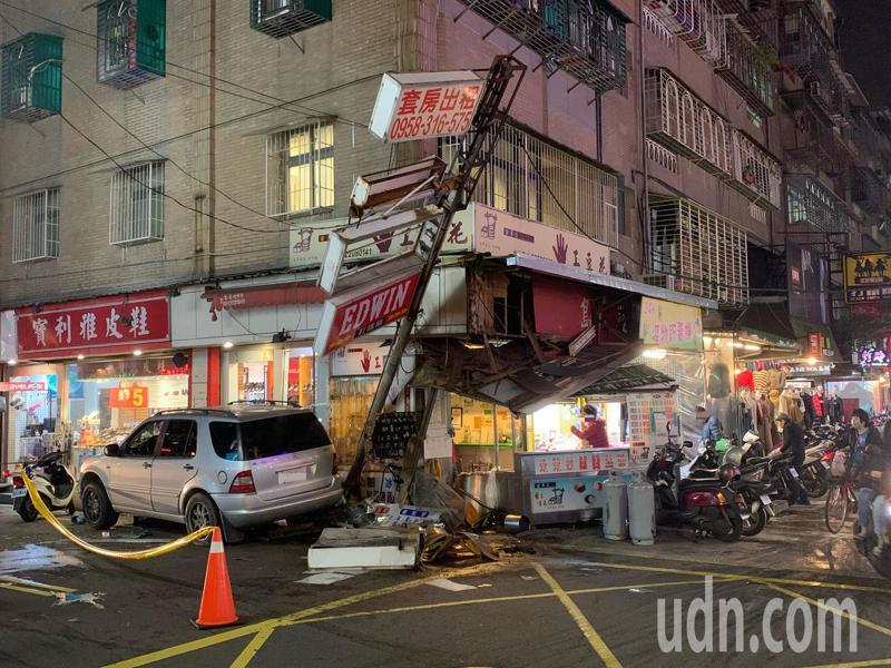 目擊民眾表示,休旅車撞上豆花攤當時,大家都嚇得跑開。記者巫鴻瑋/攝影