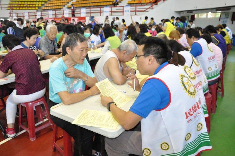 國際扶輪3470地區在雲嘉南進行大規模的免費失智篩檢活動,吸引數千人參加,扶輪社友擔任志工親自服務。圖/國際扶輪3470地區提供