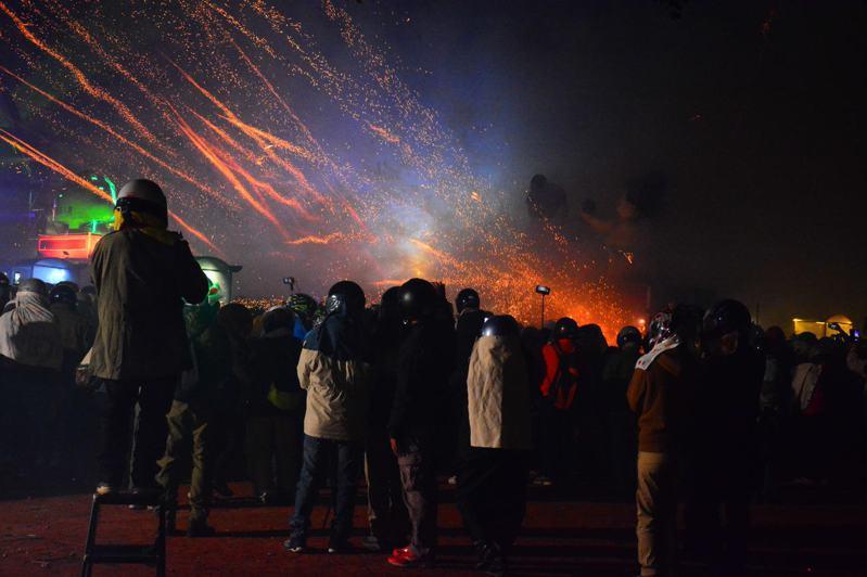 台南鹽水蜂炮在鹽水國中集中施放,人數也是爆多。記者吳淑玲/攝影