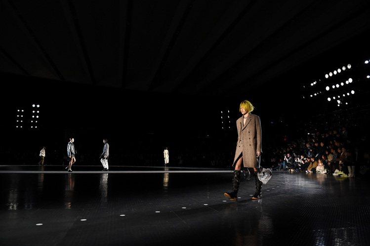 rag & bone 2020秋冬發表結合數位屏幕,打造時尚的數位之旅。圖/ra...