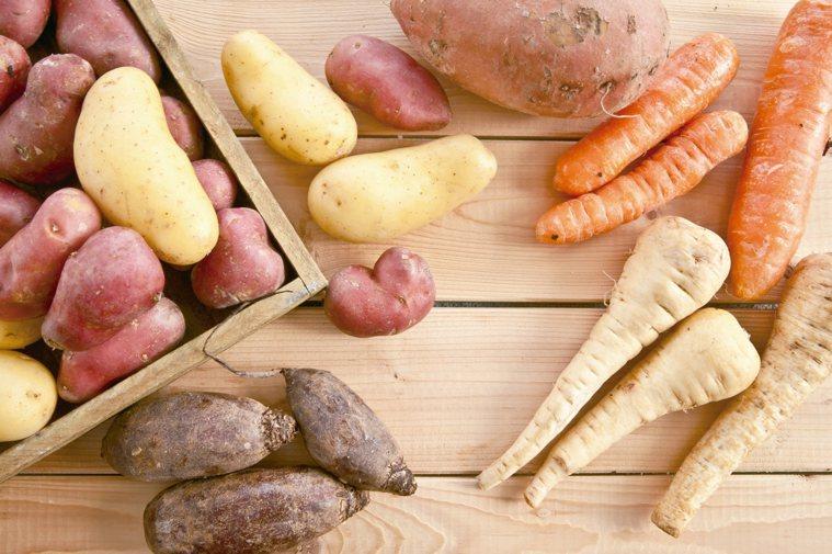 根莖類未切的馬鈴薯、胡蘿蔔等根莖類,放冰箱會促進發芽,用絲襪或網袋包好,放在...