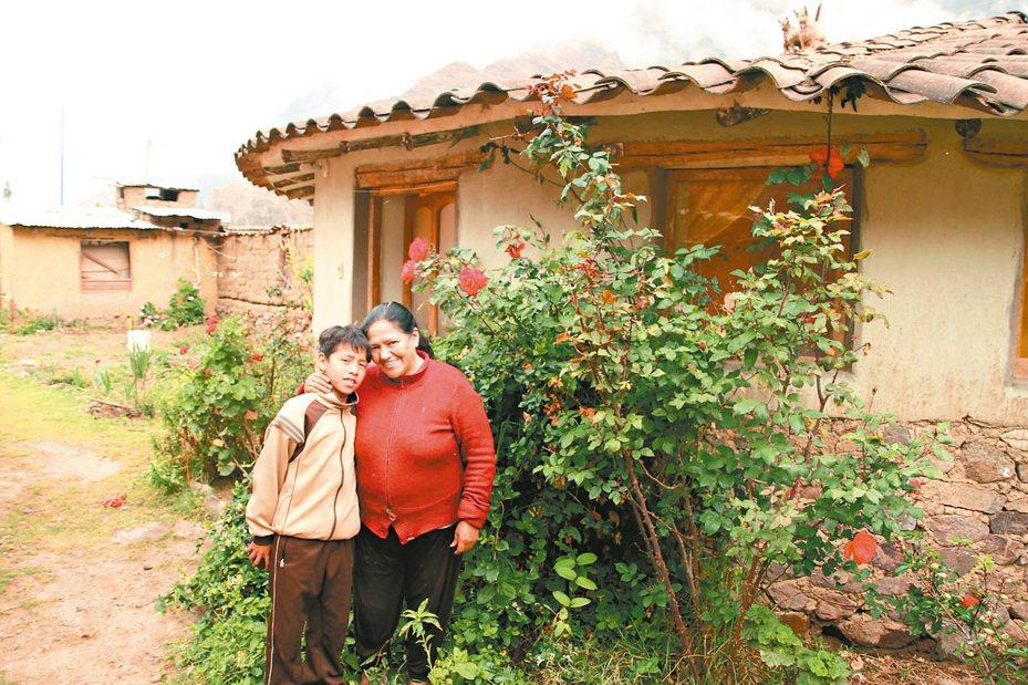 秘魯南方小鎮奧揚泰坦博這對母子開放自家作為民宿,接待外來觀光客。 美聯社